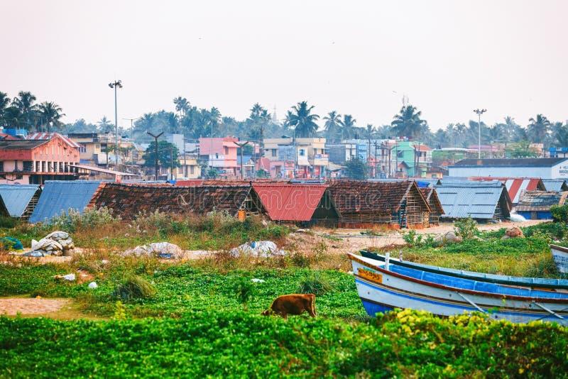 Rua Typic do fuzileiro naval do cais de Kollam perto dos barcos de pesca na praia de Kollam, Índia fotografia de stock