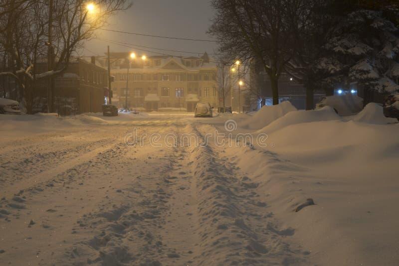 Rua Unplowed da cidade durante a tempestade de neve pesada, Toronto, Ontário, Canadá foto de stock royalty free