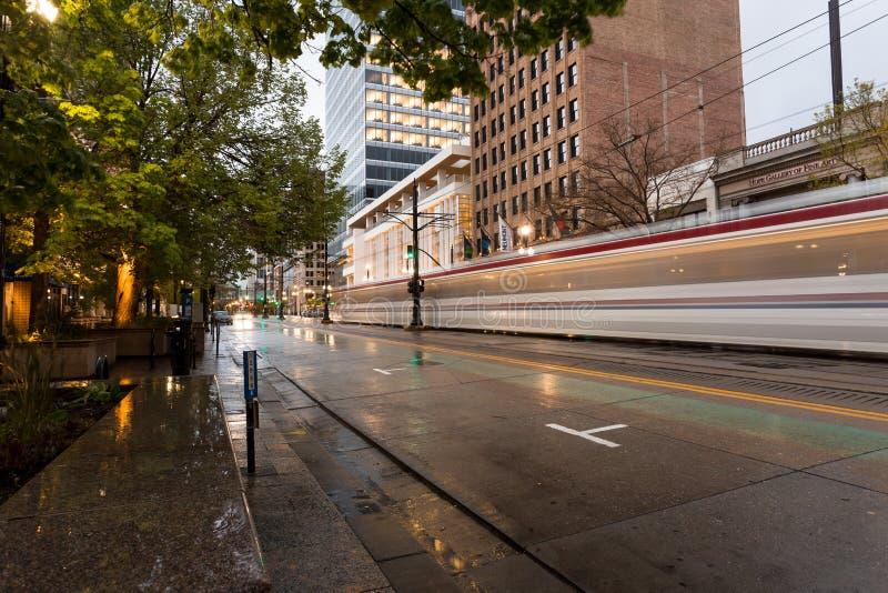 Rua urbana no tempo chuvoso imagens de stock