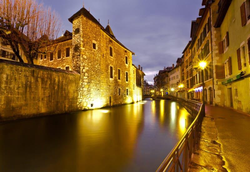 Rua vazia ao longo do canal de Thiou em Annecy France imagens de stock