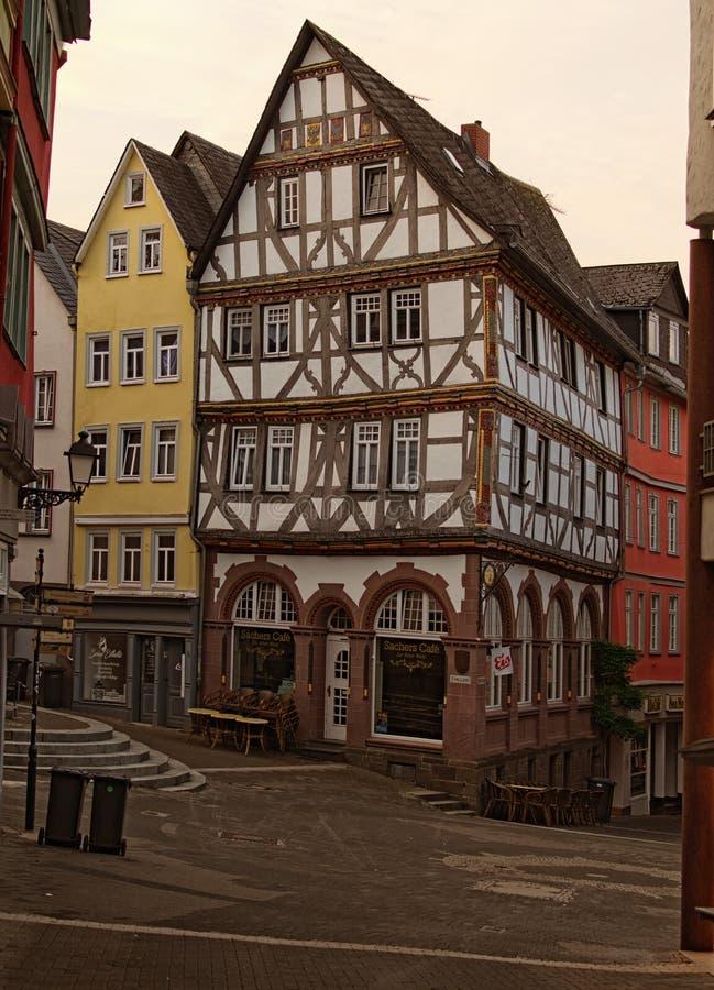 Rua vazia com construções antigas na parte velha da cidade de Wetzlar no amanhecer A arquitetura típica para esta região fotografia de stock