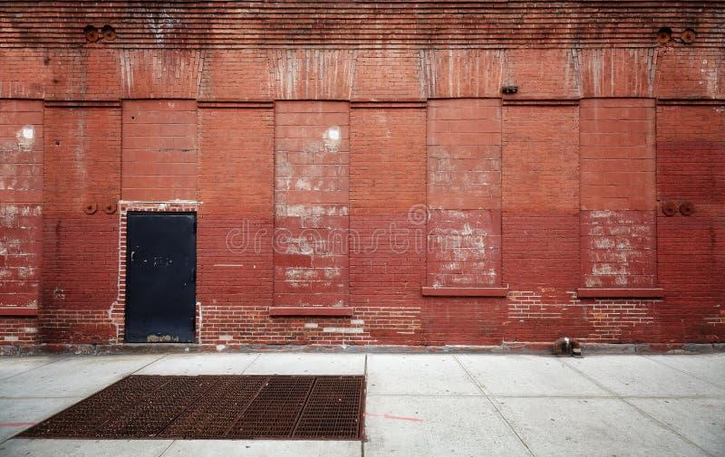 Rua vazia com a parede de tijolo velha do armazém, backgroun industrial imagem de stock royalty free