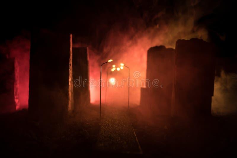 Rua vazia do queimado acima da cidade, das chamas na terra e das explosões com fumo na distância Vista apocalíptico da cidade do  fotos de stock royalty free