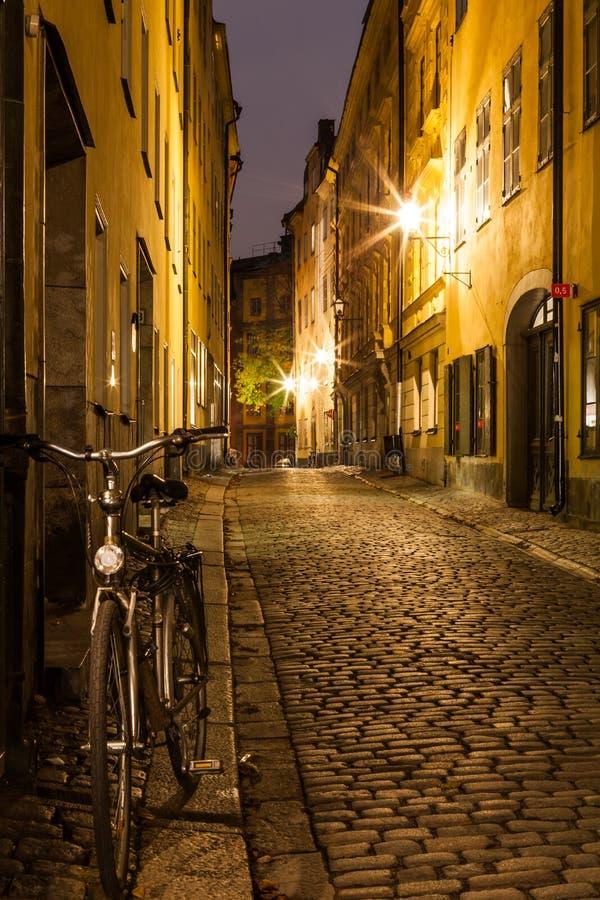 Rua vazia na cidade velha de Éstocolmo na noite. foto de stock