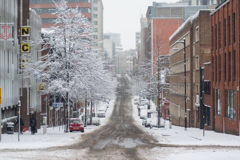 Rua vazia no centro de cidade de Birmingham no dia nevado imagens de stock royalty free