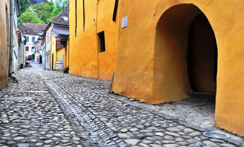 Rua vazia no centro de cidade de Sighisoara, Romênia fotos de stock