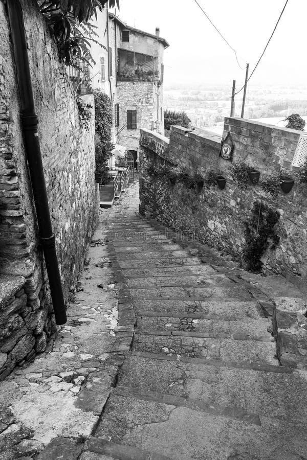 Rua velha antiga com as escadas em Narni Úmbria foto de stock