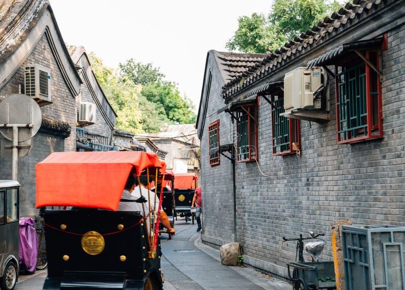 Rua velha chinesa Hutong e riquexó tradicional em Shichahai, Pequim, China imagem de stock