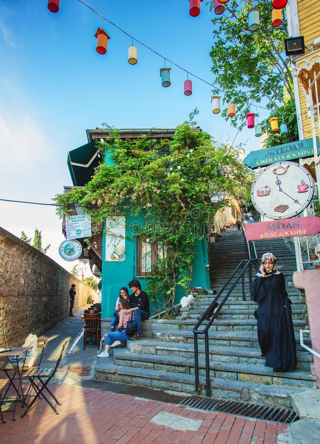 Rua velha com escadas e casa verde bonito no distrito de Uskudar foto de stock royalty free