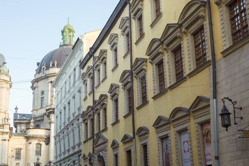 Rua velha da cidade de Lviv e igreja dominiquense da catedral, Ucrânia foto de stock