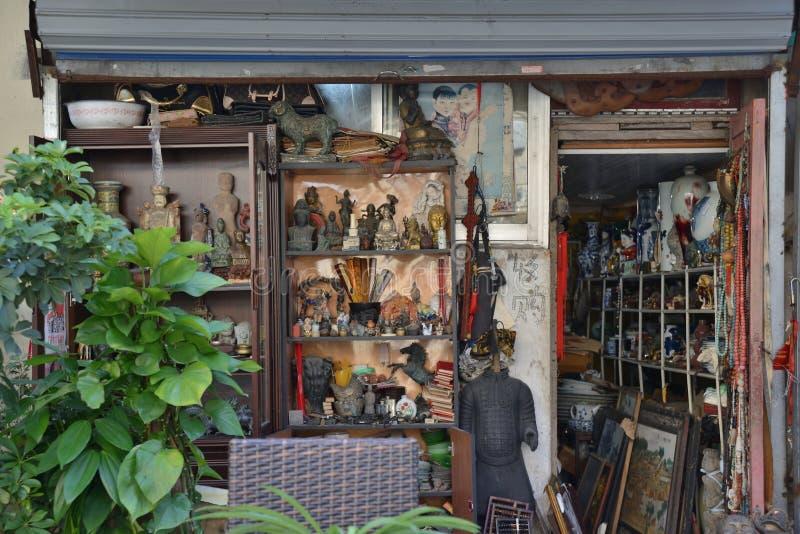 Rua velha da loja do material da antiguidade de Shanghai fotografia de stock royalty free