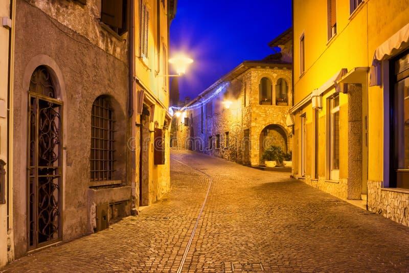 Rua velha da noite em Sirmione, lago Garda, Lombardy, Itália foto de stock royalty free