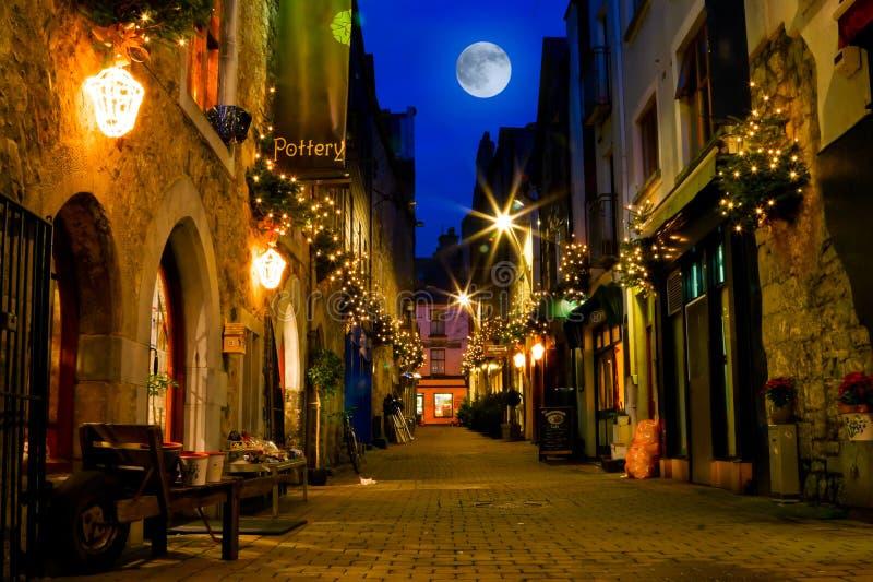Rua velha decorada com luzes na noite imagem de stock royalty free