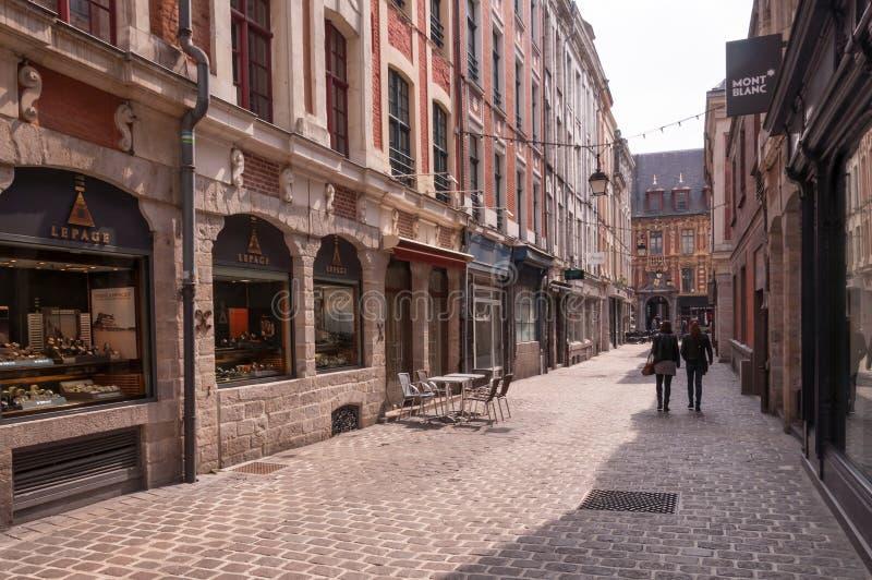 Rua velha estreita do cobblestone em Lille, France fotos de stock