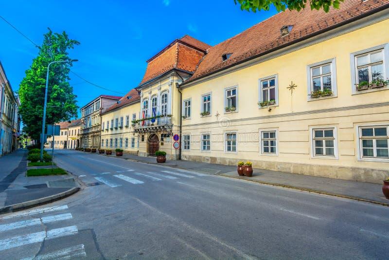 Rua velha na cidade de Krizevci, Croácia foto de stock royalty free