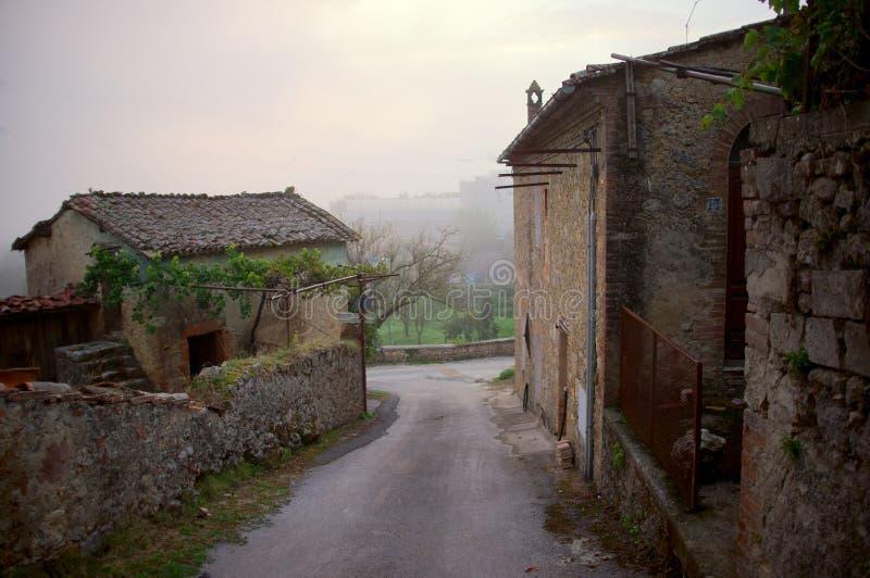 Rua velha na vila de Toscânia fotografia de stock