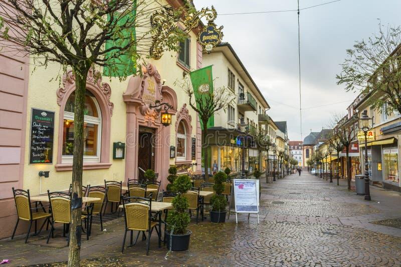 Rua velha no centro da cidade de Rastatt, Baden-Wurttemberg, Alemanha foto de stock royalty free