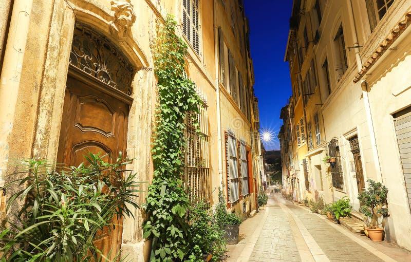 A rua velha no Panier de um quarto histórico de Marselha em França sul na noite imagem de stock royalty free