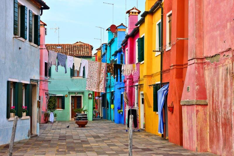 Rua vibrante com a lavanderia em Burano colorido perto de Veneza, Itália imagem de stock