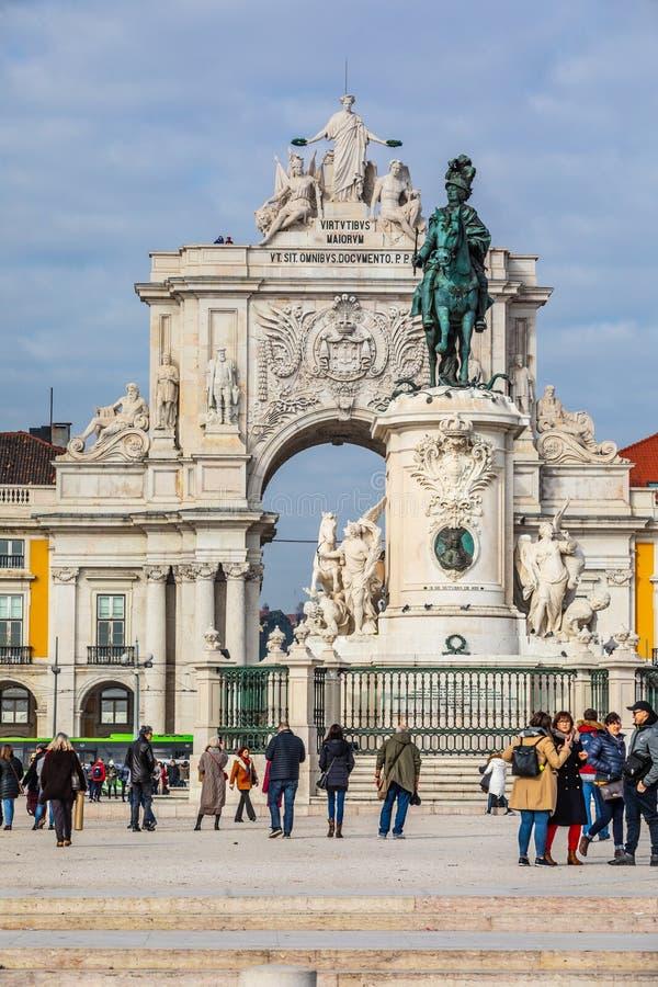 Ruaaugusta triomfantelijk Boog en Standbeeld van Koning José I in het historische centrum van de stad van Lissabon in Portugal royalty-vrije stock afbeelding