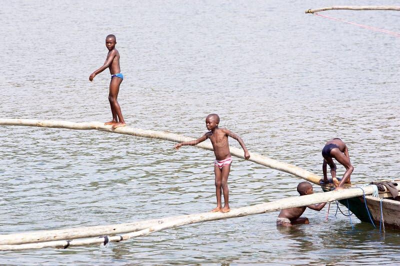 Ruandische Kinder auf See Kivu stockbilder