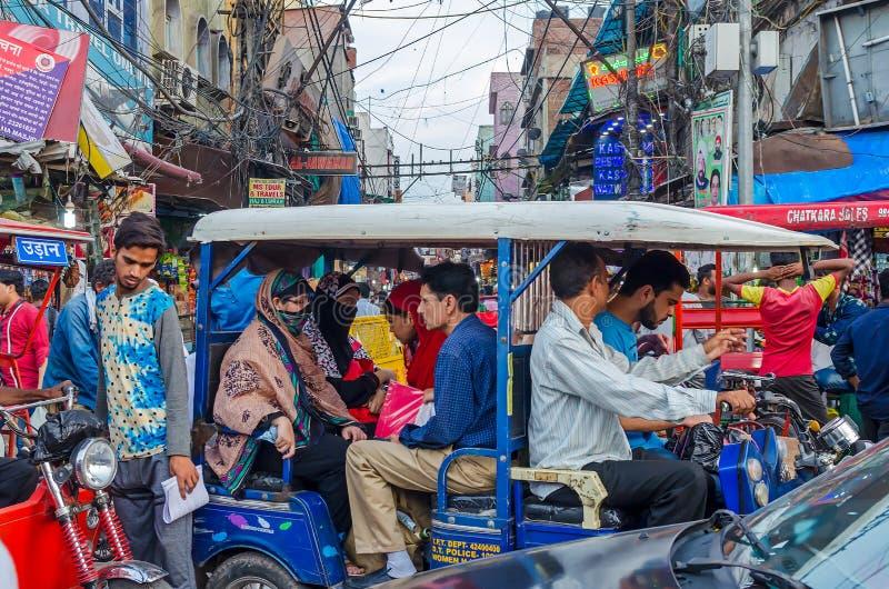 Ruas aglomeradas em Nova Deli, capital do ` s da Índia imagens de stock