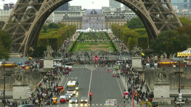 Ruas aglomeradas perto da base da torre Eiffel e Champ de Mars em Paris, França fotos de stock