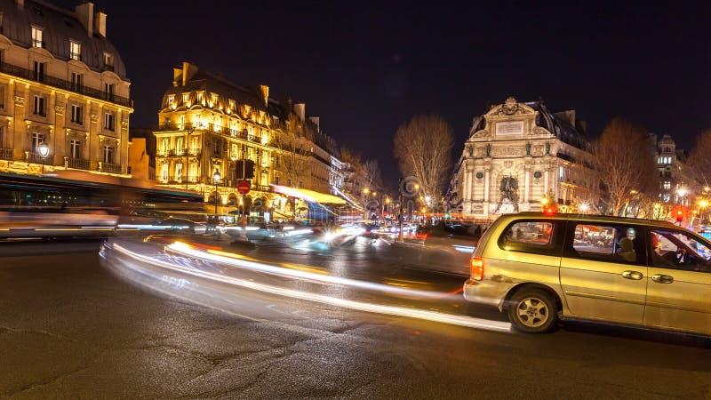 Ruas bonitas de Paris na noite, França fotografia de stock