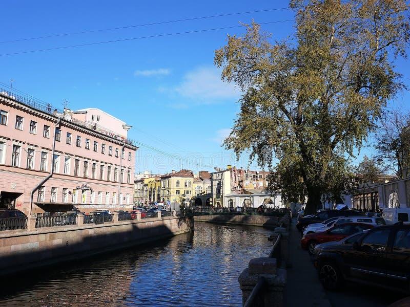 Ruas bonitas de St Petersburg Passeio, casas bonitas e ruas antigas fotografia de stock