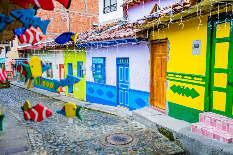 Ruas bonitas e coloridas em Guatape, conhecido como a cidade de Zocalos colômbia fotos de stock royalty free