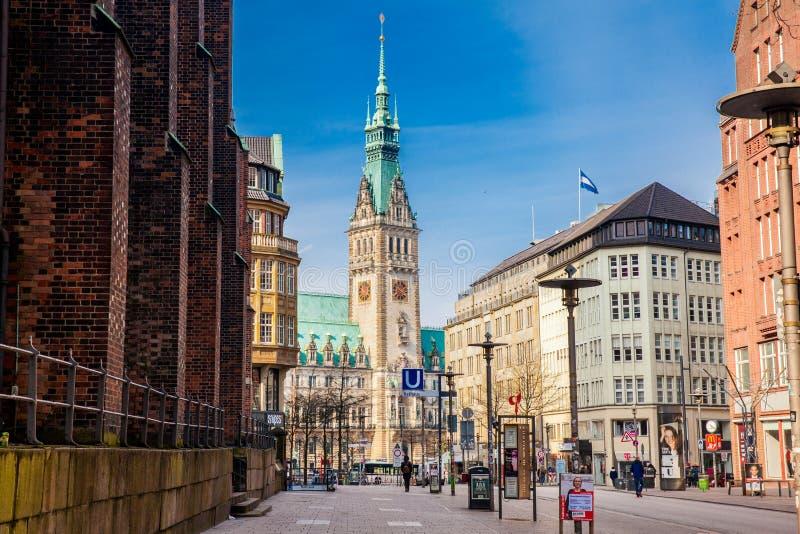 Ruas bonitas em torno do Rathaus no centro da cidade de Hamburgo fotografia de stock