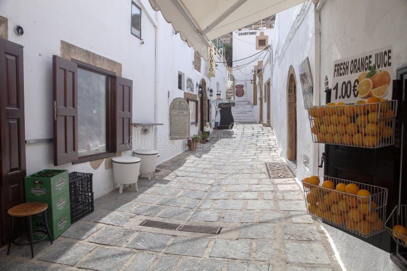 ruas brancas pitorescas, Lindos, Rhodos imagens de stock