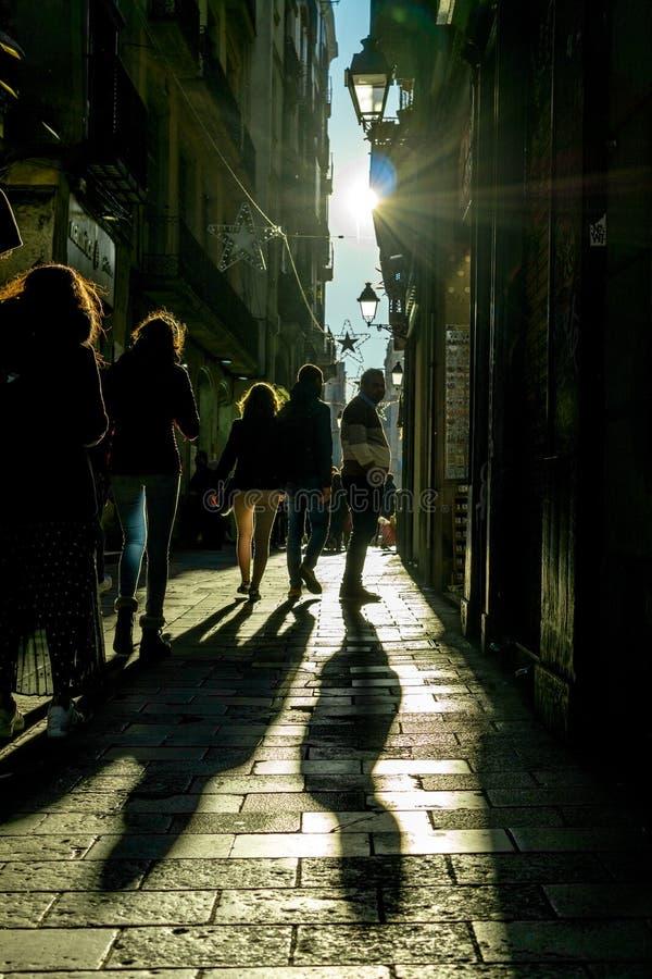 Ruas com os povos irreconhecíveis com contraste alto e fundo escuro fotos de stock
