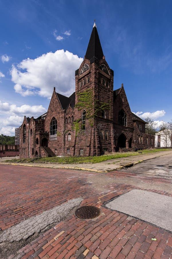 Ruas de Baptist Church abandonado e do tijolo vermelho - McKeesport, Pensilvânia fotos de stock