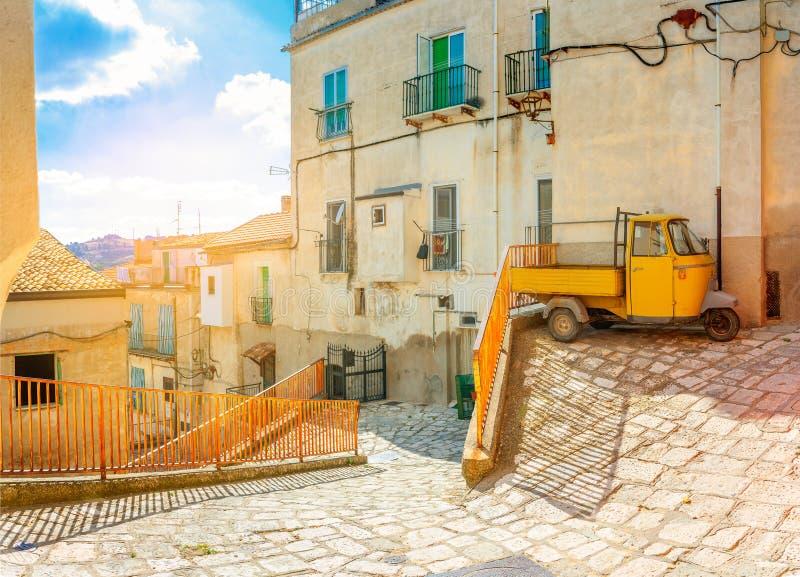 Ruas de enrolamento velhas em uma cidade italiana medieval no nascer do sol imagens de stock