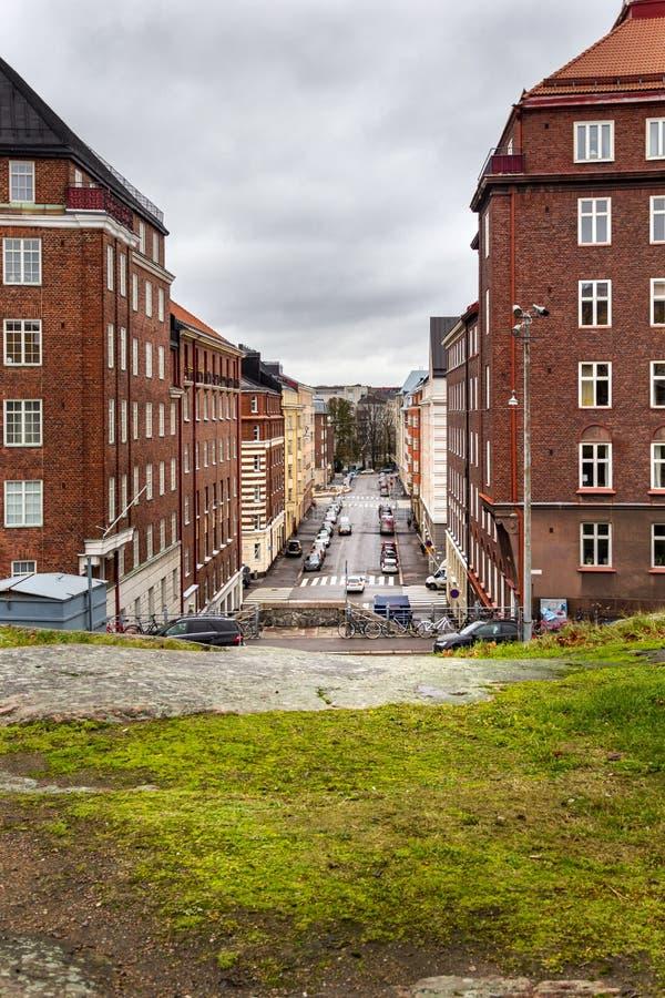 Ruas de Helsínquia com as casas bonitas do tijolo vermelho e paisagem de pedra da cidade, Helsínquia, Finlandia imagens de stock