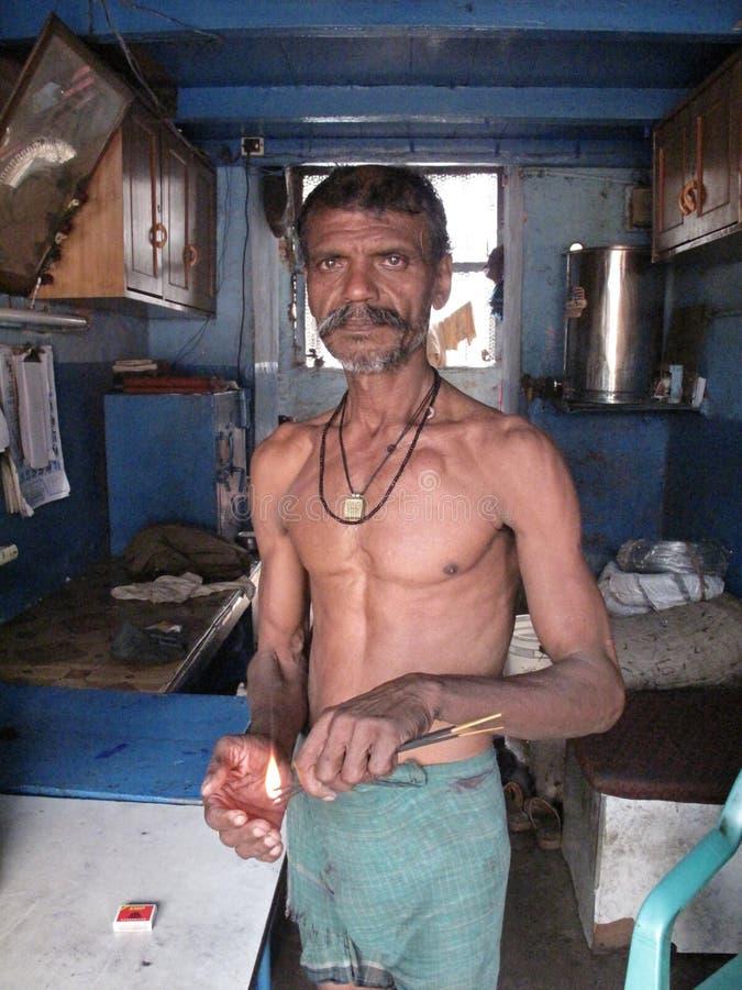Ruas de Kolkata O homem queima varas de Joss imagens de stock royalty free