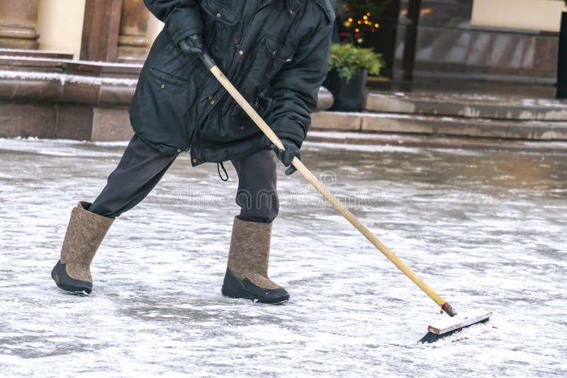 Ruas de limpeza do serviço da cidade da neve com as ferramentas especiais após a queda de neve b foto de stock