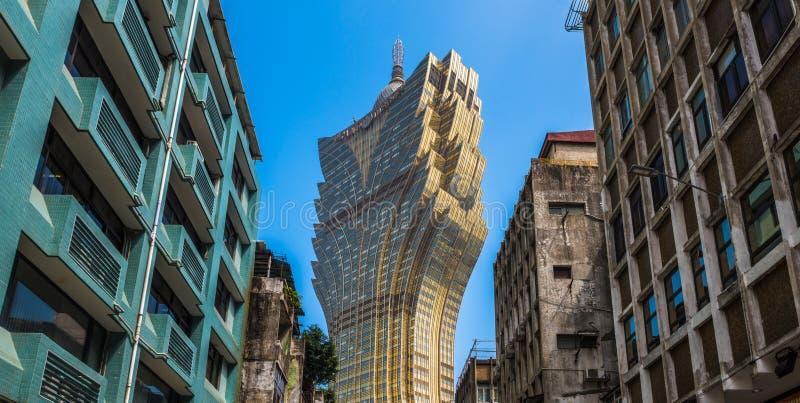 Ruas de Macau Contraste entre construções velhas e modernas fotos de stock royalty free