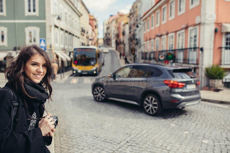Ruas de passeio da mulher entusiástica do viajante da capital europeia Turista em Lisboa, Portugal fotos de stock royalty free