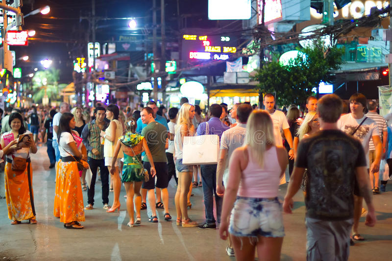 Ruas de Patong com vida nocturna, Tailândia