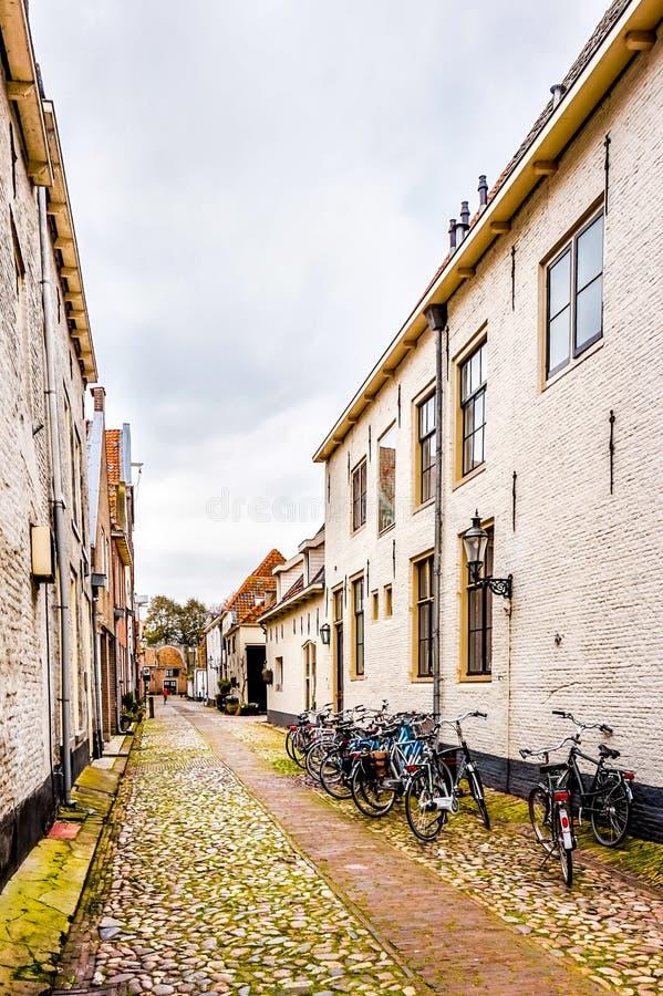 Ruas de pedrinha estreitas na vila de Elburg no coração da Holanda imagens de stock