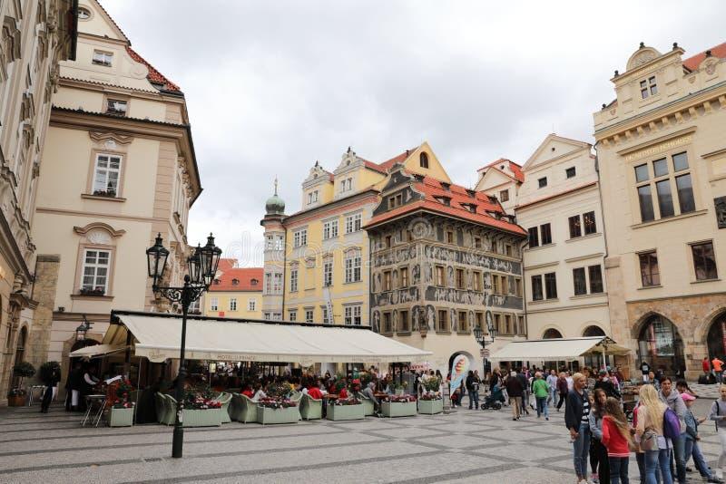 Ruas de Praga velha com todas as lojas pequenas numerosas e multidões dos turistas que estão procurando impressões novas fotos de stock royalty free