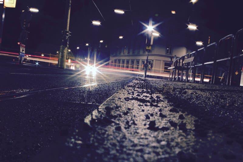 Ruas do baixo ângulo na noite fotos de stock royalty free