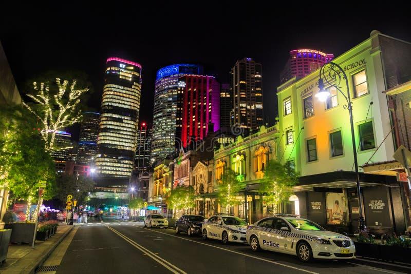 Ruas e arranha-céus brilhantemente iluminados 'Festival de Sydney vívido ', Austrália imagens de stock