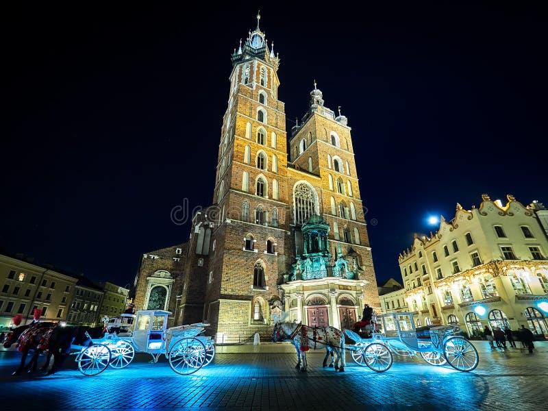Ruas e construções do quadrado principal da cidade velha de Krakow, Polônia foto de stock royalty free