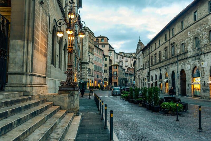 Ruas e construções na cidade de Perugia Itália fotos de stock