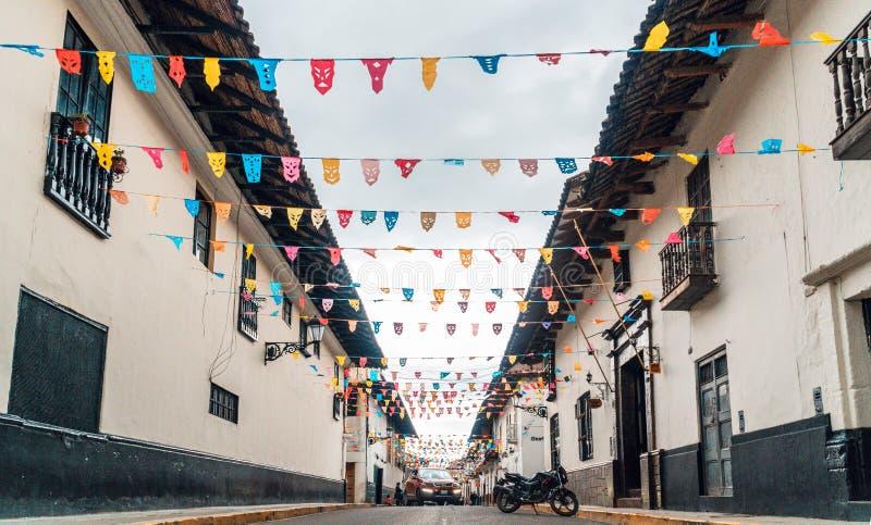 Ruas e preparação para a festa do carnaval de Cajamarca no Peru fotografia de stock