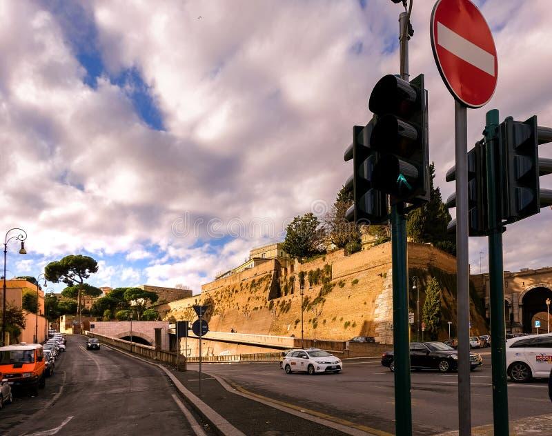 Ruas e túnel da estrada em Roma central, em um dia ensolarado Sinal que mostra o verde fotografia de stock royalty free