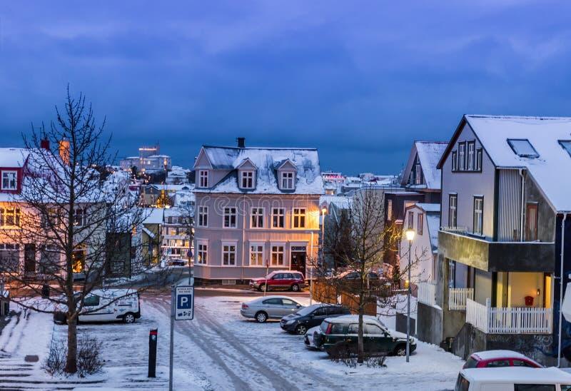 Ruas em Reykjavik no tempo do Natal, Islândia foto de stock royalty free